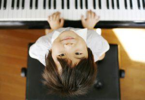 男の子のピアノレッスン
